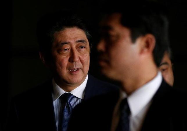 4月9日、安倍晋三首相とトランプ米大統領は弾道ミサイル発射や核開発を進める北朝鮮への対応について協議し、日米韓の結束が重要との認識で一致した。3月撮影(2017年 ロイター/Toru Hanai)