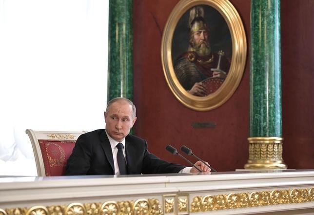 4月9日、ロシアのプーチン大統領(写真)とイランのロウハニ大統領は電話で会談し、米軍によるシリアへの攻撃は許されず、国際法に違反するとの考えを示した。提供写真。5日撮影(2017年 ロイター/Sputnik/Aleksey Nikolskyi/Kremlin via REUTERS)