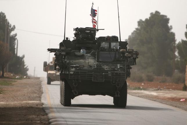 4月10日、イタリアのトスカーナ州で開催される先進7カ国(G7)外相会合では、シリア内戦が主要議題となる見通しで、米軍によるシリア空軍基地へのミサイル攻撃を巡り欧州諸国や日本は米国に明確な説明を求めるとみられる。写真は3月、シリア・アレッポを走行する米軍装甲車(2017年 ロイター/Rodi Said)