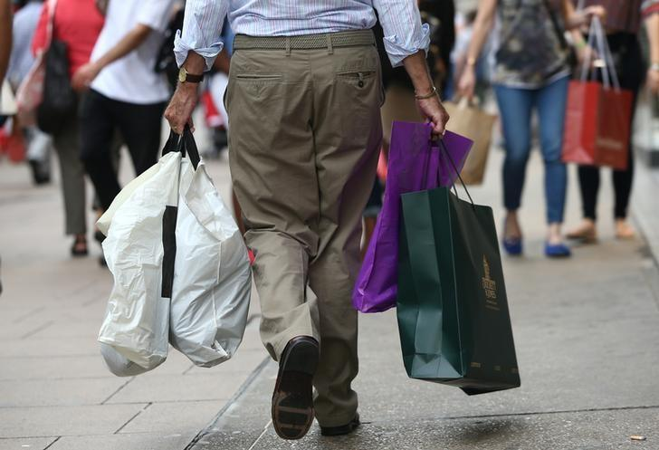 Shoppers carry bags in London, Britain August 25, 2016. REUTERS/Neil Hall/Files