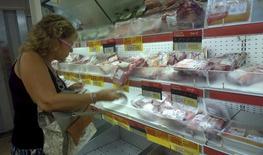 Una consumidora elige carne en un mercado en Buenos Aires, Argentina. 31 de enero 2016. La producción de carne bovina en Argentina trepó un 5,3 por ciento interanual en marzo, a cerca de 246.000 toneladas, a la par del crecimiento en la faena de animales y de la tasa de hembras enviadas al matadero, dijo el lunes una cámara sectorial. REUTERS/Enrique Marcarian   - RTX256GX