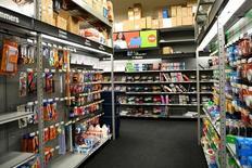 Una tienda de la cadena Staples en Austin, EEUU, mar 8, 2017. Las mediciones de la inflación de Estados Unidos cayeron a su nivel más bajo en cuatro meses en marzo, revirtiendo una breve alza, dijo el Banco de la Reserva Federal de Nueva York en un informe publicado el lunes.   REUTERS/Mohammad Khursheed
