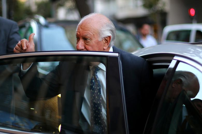 Former Chile's president and center-left presidential candidate Ricardo Lagos gives a thumbs up after dropping out his presidential campaign, in Santiago, April 10, 2017. REUTERS/Ivan Alvarado