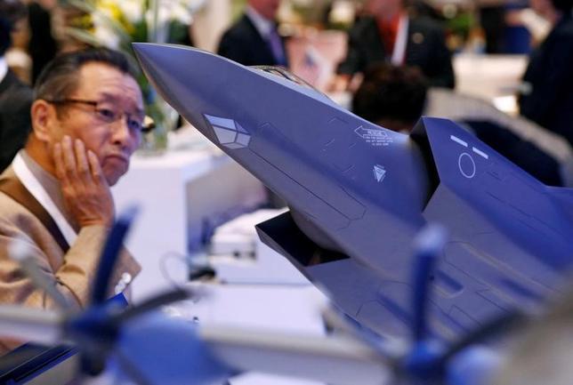 4月10日、米国防総省と米防衛大手ロッキード・マーチンは、同社が製造する最新鋭ステルス戦闘機F35の調達に向けた今年の契約交渉で、購入価格を5%以上削減する可能性がある。交渉に詳しい複数の関係者が明らかにした。写真はF35の模型。昨年10月に都内で開催された航空ショーで撮影(2017年 ロイター/Kim Kyung-Hoon)