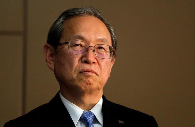 4月11日、東芝の綱川智社長(写真)は、決算は適正との監査意見を得られないまま発表に踏み切ったことについて、記者会見で、提出期限を延長しても独立監査人から適正意見を得るめどが立たないため、結論不表明のまま発表することになったと説明した(2017年 ロイター/Toru Hanai)