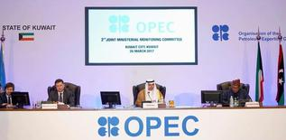 En la imagen, el ministro de Petróleo de Kuwait, Ali Al-Omair, pronuncia el discurso de apertura de la segunda reunión de la Comisión Ministerial Conjunta de Supervisión de la OPEP, mientras el ministro de Energía de Rusia, Alexander Novak, y el Secretario General de la OPEP, Mohammad Barkindo, asisten al encuentro en la ciudad de Kuwait, el 26 de marzo de 2017. La Organización de Países Exportadores de Petróleo (OPEP) parece estar ganando lentamente la batalla contra el exceso mundial de suministros de crudo y derivados, a medida que los inventarios en tierra y el almacenamiento flotante caen. REUTERS/Stephanie McGehee