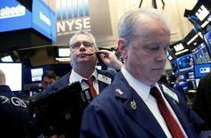 Operadores trabajando en la bolsa de Wall Street en Nueva York, abr 4, 2017. Las acciones cerraron con caídas el martes en la bolsa de Nueva York pero por encima de mínimos del día, porque las preocupaciones por las tensiones geopolíticas enfriaron el ánimo de los inversores.  REUTERS/Brendan McDermid
