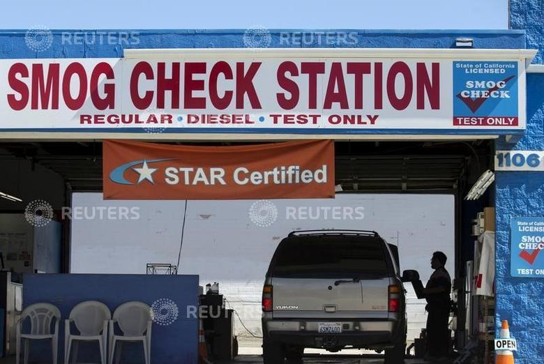 FILE PHOTO: A vehicle has its emissions tested at a smog testing facility in Oceanside, California, U.S. on September 29, 2015.  REUTERS/Mike Blake/File Photo