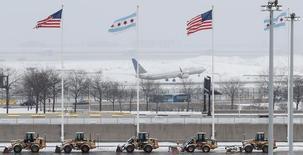 Un avión de United Airlines despega del aeropuerto internacional O'Hare de Chicago. 13 de marzo de 2017. Las acciones de United Continental Holdings Inc caían hasta un 4,4 por ciento el martes por una reacción en todo el mundo a un vídeo en que un pasajero, al parecer de origen asiático, es arrastrado fuera de un vuelo de United Airlines sobrevendido. REUTERS/Kamil Krzaczynski