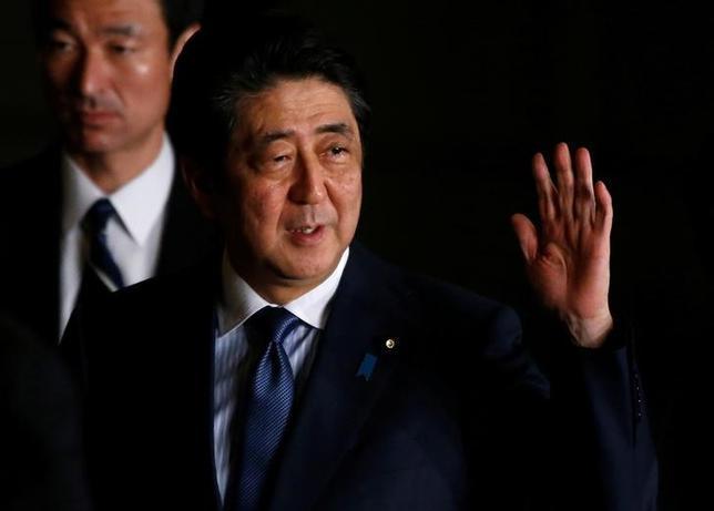 4月12日、安倍晋三首相は経済財政諮問会議で、経済界に労働者の処遇改善を求めるとともに、「働き方改革を進めることで消費の活性化につなげていきたい」と述べた。総理官邸で先月16日撮影(2017年 ロイター/Toru Hanai)