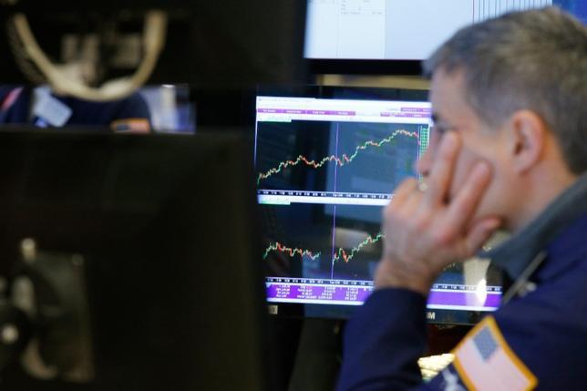 4月12日、米国株式市場は地政学リスクをめぐる懸念がくすぶるなか、主要株価指数が続落して取引を終えた。3月撮影(2017年 ロイター/Brendan McDermid)
