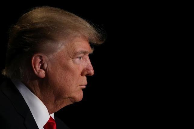 4月6日、政治、文化、経済といった主要課題について、ただでさえ米国の有権者に深い分断が生じているなか、「トランプ大統領(写真)」という要素が絡んでくると、さらに世論が二極化する傾向があることが、ロイター/イプソスの最新世論調査で浮き彫りとなった。2月撮影(2017年 ロイター/Carlos Barria)