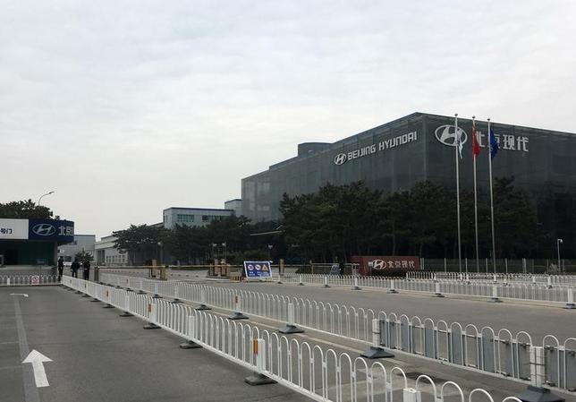 4月11日、米軍の新型迎撃ミサイルTHAADの韓国配備に反発し、中国が韓国製品のボイコットなどの対応を採ったため、韓国企業に打撃が及んでいる。ただ、その影響は中国の労働者や納入企業にも跳ね返っている。写真は韓国の現代自動車の工場。北京で7日撮影(2017年 ロイター/Muyu Xu)
