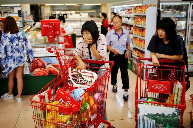 资料图片:2016年7月,首尔一家超市内的购物者。REUTERS/Kim Hong-Ji
