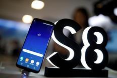 Смартфон Galaxy S8 компании Samsung Electronics в Сеуле 13 апреля 2017 года. Объем предзаказов Galaxy S8, флагманского смартфона Samsung Electronics Co Ltd, выше, чем у его предшественника S7, сообщил глава мобильного подразделения компании Донджин Кох, указав на то, что многих потребителей, похоже, не смутили проблемы с премиальным Galaxy Note 7 в прошлом году. REUTERS/Kim Hong-Ji