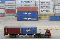 Un camión llevando containers en el puerto de Qingdao, China. 13 de octubre 2015. Las exportaciones chinas aumentaron un 16,4 por ciento interanual en marzo, mientras que las importaciones crecieron un 20,3 por ciento, con lo que superaron las expectativas del mercado, mostraron datos oficiales el jueves.REUTERS/Stringer