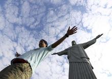 Un turista posa con el Cristo Redentor de fondo en Río de Janeiro, Brasil. 6 de agosto 2016. El sector de servicios de Brasil creció en febrero por cuarto mes consecutivo, mostraron datos gubernamentales el jueves, tras una revisión al alza en enero que reforzó las esperanzas de una recuperación económica. REUTERS/Leonhard Foeger - RTSLGEG