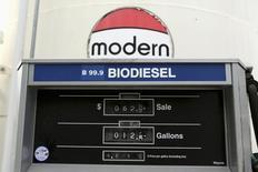 Una expendedora de Dogpatch Biofuels en San Francisco, Estados Unidos, muestra el precio del biodiésel. 8 de enero de 2015. El Departamento de Comercio de Estados Unidos dijo el jueves que iniciará una investigación sobre las importaciones de biodiésel de Argentina e Indonesia por posible competencia desleal y entregas de subsidios. REUTERS/Robert Galbraith