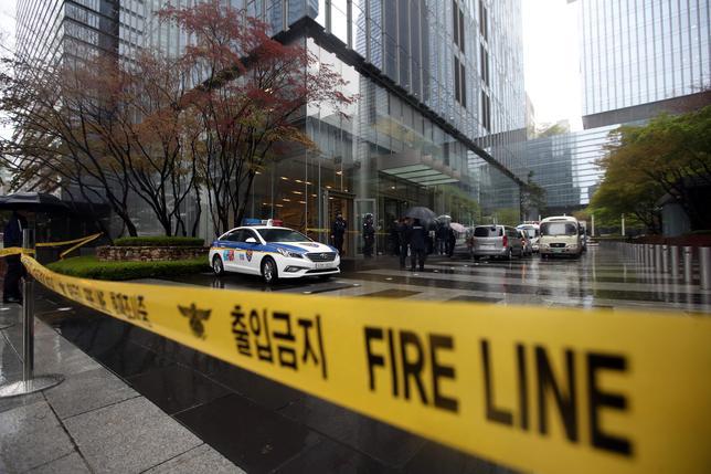 4月14日、韓国ソウル南部瑞草区にあるサムスングループのオフィスビルで、爆発物が仕掛けられたとの連絡があり、館内で避難指示が出された(2017年 ロイター/Yonhap)