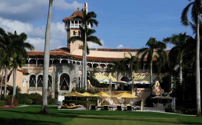 4月13日、米マイアミ・ヘラルド紙によると、トランプ米大統領が所有するフロリダ州のリゾート「マールアラーゴ」の飲食施設で、13件の衛生基準違反が見つかった。写真は同リゾート「マールアラーゴ」。昨年11月撮影(2017年 ロイター/JOE SKIPPER)