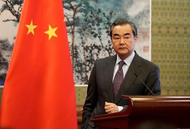 4月14日、中国の王毅外相は、朝鮮半島情勢が取り返しのつかない事態に陥るのを防ぐ必要があるとの見解を示した。中国を訪問中のフランスのエロー外相との共同会見で語った。写真は記者会見に参加する同外相(2017年 ロイター/Jason Lee)
