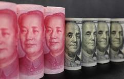 Imagen de billetes de 100 dólares contrapuestos con billetes de 100 yuanes. Pekín, enero 2016. Archivo. REUTERS/Jason Lee