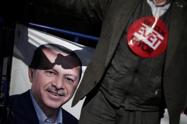 4月13日、トルコで16日に大統領に実権を集中させる憲法改正案の是非を問う国民投票が実施されるが、約1世紀前、オスマン帝国の瓦礫の上に現在の共和国が築かれて以来で最大の体制変更がもたらされる可能性があり、影響は国外にも及びそうだ。写真はエルドアン大統領のポスター。イスタンブールで撮影(2017年 ロイター/Alkis Konstantinidis)