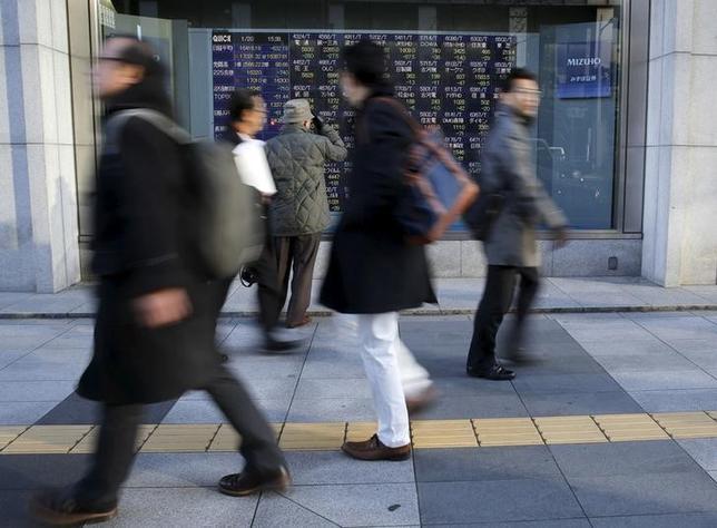 4月17日、寄り付きの東京株式市場で、日経平均株価は前日比95円79銭安の1万8239円84銭となり、続落して始まった。写真は都内の株価ボード、昨年1月撮影(2017年 ロイター/Toru Hanai)