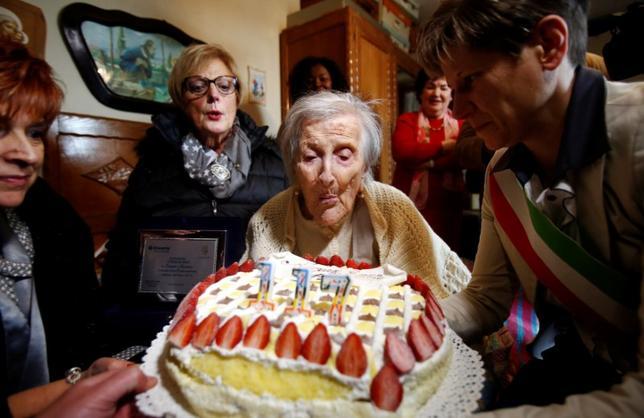 4月15日、19世紀生まれの最後の存命者で世界最高齢とされているイタリア人女性エマ・モラノさん(117)が死去した。モラノさんは1899年11月29日生まれで、生存は117年と137日。写真は昨年11月撮影の誕生祝いのようす(2017年 ロイター/Alessandro Garofalo)