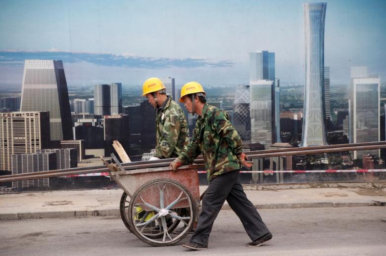 资料图片:2016年10月,北京中央商务区一处建筑工地的工人。REUTERS/Jason Lee