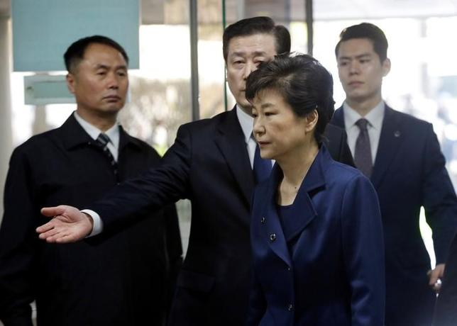 4月17日、韓国の検察当局は17日、サムスングループやロッテグループから巨額の賄賂を受け取ったとして、朴槿恵(パク・クネ)前大統領を収賄罪で起訴した。ソウルで3月撮影(2017年 ロイター)