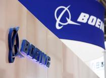 IMAGEN DE ARCHIVO: El logo de Boeing es visto en un evento en Tokio, Japón. 12 de octubre 2016.Boeing Co advirtió el lunes a sus empleados que planea otra serie de despidos que afectarán el área de ingeniería de su unidad comercial de aviones, según una fuente y un comunicado interno al que tuvo acceso Reuters.   REUTERS/Kim Kyung-Hoon/File Photo