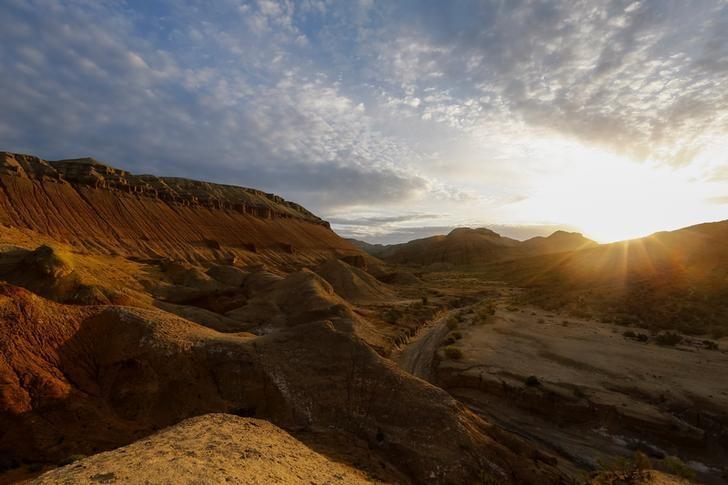 资料图片:2016年5月,哈萨克斯坦首都阿拉木图Altyn-Emel国家公园,朝阳升起在山巅。REUTERS/Shamil Zhumatov