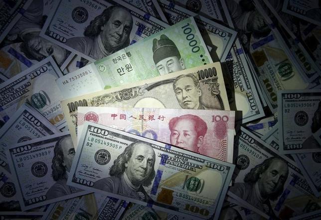 4月15日、米為替報告書で、アジア諸国は「為替操作国」と認定されることを免れたが、トランプ米大統領が貿易不均衡の解消に取り組む方針を維持する中、各国は貿易摩擦の過熱を引き続き懸念している。写真は、米ドル、中国人民元、日本円、韓国ウォン紙幣。ソウルで2015年12月撮影(2017年 ロイター/Kim Hong-Ji)