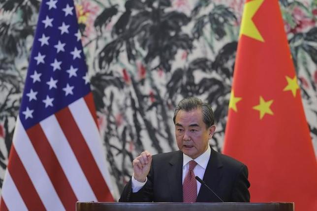 4月18日、中国の王毅外相(写真)は、朝鮮半島情勢を巡り緊張感が高まっていることについて、外交を通じて問題解決に努める必要があると主張した。写真は3月北京での代表撮影(2017年/ロイター)