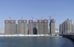 Un sitio de construcción es visto en Dalian, provincia Liaoning, China. 17 de noviembre 2015. Una recuperación del sector industrial de China, que representa cerca de un tercio de la economía del país, condujo a un crecimiento mejor a lo esperado durante el primer trimestre, junto a un repunte en las órdenes de exportaciones y en la producción de acero. REUTERS/China Daily