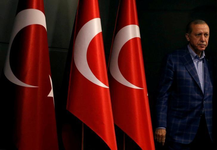 Turkish President Recep Tayyip Erdogan arrives at a news conference in Istanbul, Turkey, April 16, 2017.   REUTERS/Murad Sezer/File Photo