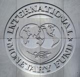 El logo del Fondo Monetario Internacional es visto en Washington, Estados Unidos. 09/10/2016. El Fondo Monetario Internacional (FMI) mantuvo el martes casi sin cambios sus previsiones para las economías de México y Brasil en 2017 y el próximo año pero recortó los cálculos de otros países, planteando un escenario más débil para la región, con una inflación mayor a 2.000 por ciento en Venezuela.      REUTERS/Yuri Gripas