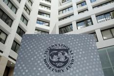 El logo del Fondo Monetario Internacional se ve dentro de la sede al final de las reuniones anuales, en Washington, Estados Unidos. 9 de octubre 2016. El Fondo Monetario Internacional mejoró el martes sus previsiones para la expansión económica de China en 2017 y 2018, pero advirtió de potenciales disrupciones en el mediano plazo, a menos que el país reduzca su dependencia en un crecimiento acelerado del crédito. REUTERS/Yuri Gripas - RTSRHS0