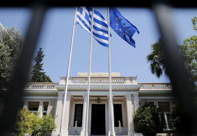 4月18日、ギリシャ財務省の発表によると、同国中央政府の1─3月の基礎的財政収支は10億6800万ユーロの黒字となり、目標の9億9200万ユーロを7600万ユーロ上回った。歳出の削減が寄与した。写真はギリシャ・アテネ首相官邸で2015年7月撮影(2017年 ロイター/Christian Hartmann)