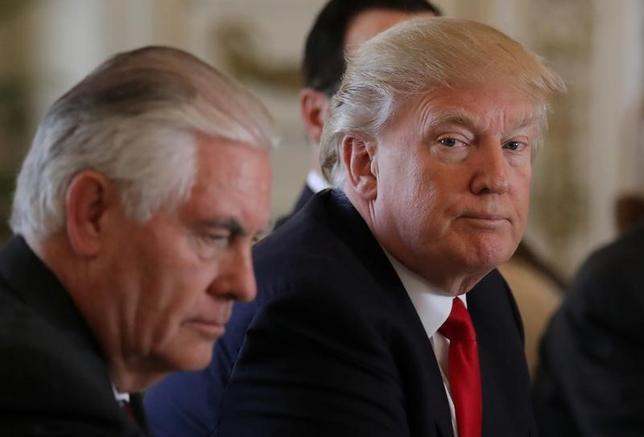 4月18日、ティラーソン米国務長官(写真左)は、2015年のイランとの核合意に基づく制裁解除が米国の安全保障上の利益かどうかについて、国家安全保障会議(NSC)が中心となって政府機関の間で見直すようトランプ米大統領(写真右)が指示したと明らかにした。写真はフロリダ州パームビーチで7日撮影(2017年 ロイター/Carlos barria)