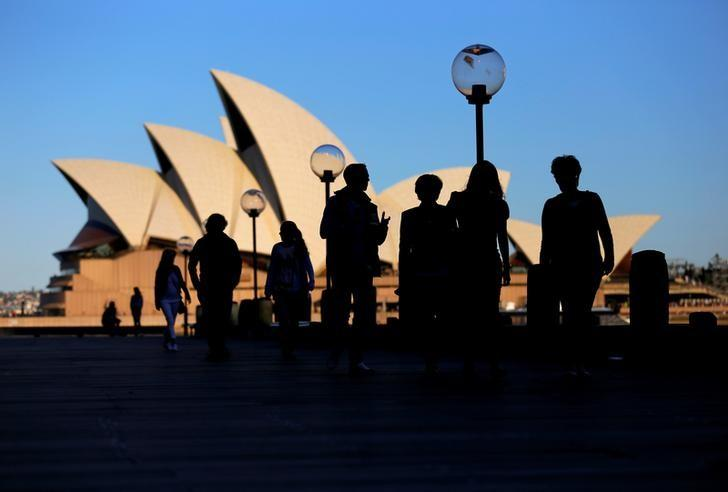 资料图片:2016年11月,澳洲悉尼歌剧院附近的行人。REUTERS/Steven Saphore