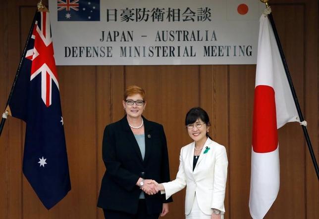 4月19日、稲田朋美防衛相(写真右)とオーストラリアのペイン国防相(左)は都内で会談し、航空自衛隊とオーストラリア空軍の戦闘機による共同訓練を2018年に実施する方向で調整することで一致した。写真は19日防衛省で撮影(2017年 ロイター/Issei Kato)