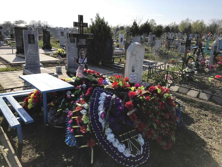A view shows the grave of Russian military contractor Vladimir Plutinsky, who was killed in Syria according to an official document, at a cemetery in the town of Kropotkin, Russia, April 13, 2017. REUTERS/Maria Tsvetkova