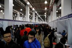 Jóvenes que buscan empleo asisten a una feria para graduados universitarios en Shanghái, China, March 18, 2017. El Gabinete chino dijo el miércoles que han aumentado los riesgos de que se produzca un desempleo masivo en algunas regiones y sectores del país y prometió más apoyo fiscal y de política monetaria para enfrentar el posible incremento de la tasa de desocupación. REUTERS/Aly Song