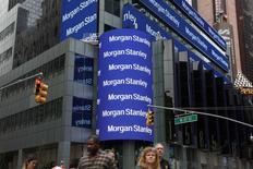 El logo de Morgan Stanley en su sede de Nueva York. 17 de abril de 2017. Morgan Stanley reportó el miércoles un alza del 74 por ciento en su ganancia trimestral, superando las estimaciones de los analistas, ya que sus ingresos por la intermediación de bonos casi se duplicaron tras las subidas de las tasas de interés de la Reserva Federal. REUTERS/Shannon Stapleton