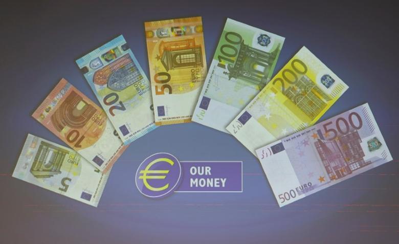 资料图片:2017年4月,欧洲央行总部记者会上展示的不同面值的欧元纸币。REUTERS/Kai Pfaffenbach