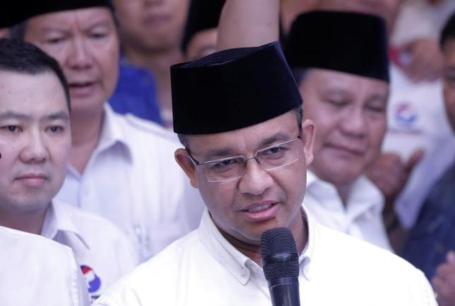 4月19日、インドネシアのジャカルタ特別州で、知事選の決選投票が行われ、民間調査機関の非公式の集計結果によると、イスラム教徒のアニス・バスウェダン前教育・文化相(写真中央)が過半数を獲得し当選を確実にした。写真はインドネシアの首都ジャカルタで撮影(2017年 ロイター/Beawiharta)
