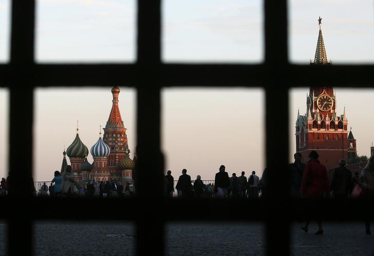 资料图片:2014年9月,莫斯科,透过一扇门看到的红场上的大教堂和克里姆林宫的塔楼。REUTERS/Maxim Zmeyev