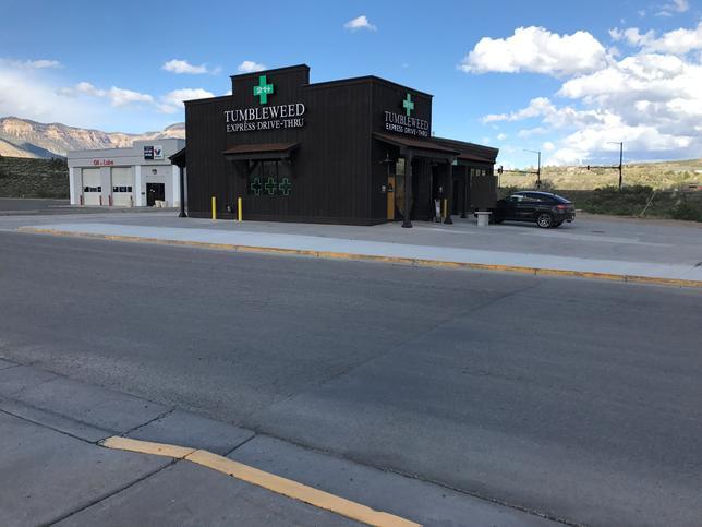 4月19日、米国でいち早く嗜好用大麻(マリフアナ)を合法化したコロラド州で20日、全米初のドライブスルーによるマリフアナ販売店がオープンする。この店舗「タンブルウィード・エクスプレス・ドライブスルー」は、デンバーの西320キロのパラシュート(人口1100人)にある。提供写真(2017年 ロイター/Mark Smith/Courtesy Tumbleweed Express Drive-Thru)
